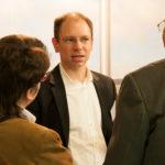 Geschäftsführer Dirk Brill im Gespräch mit interessieren Bestattern (Bestattermesse PAX in Gießen)
