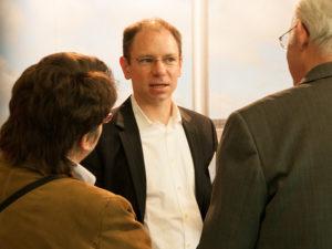 Geschäftsführer Dirk Brill im Gespräch mit interessieren Bestattern (Hessischer Bestattertag in Wettenberg)