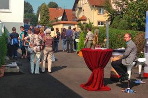 Viele Besucher in Alsfeld: das freut auch Dirk Brill am Stand des Krematoriums