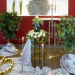 Abschiednahme vereinfachen - Angehörige helfen bei Dekoration einer Trauerfeier
